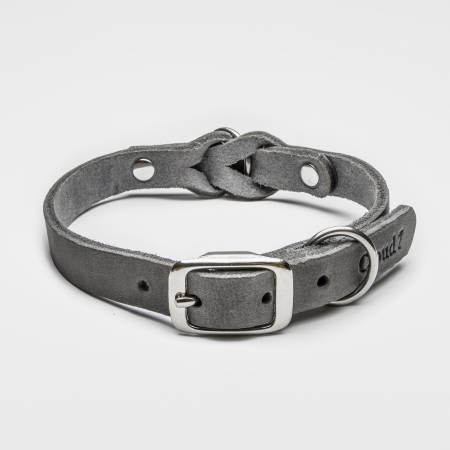 Geschlossenes graues Lederhalsband mit Flechtung und silberner Schnalle