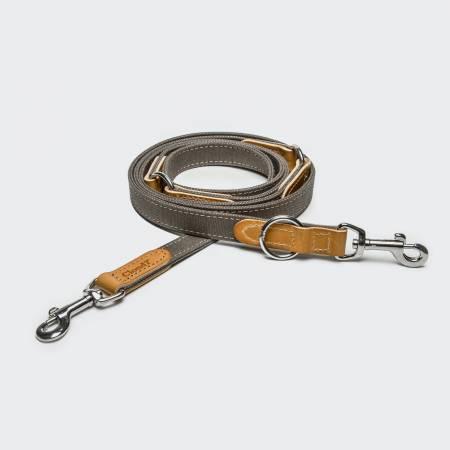 Drappierte graue Canvas Hundeleine mit hellbraunen Lederelementen und silbernem Verschluss