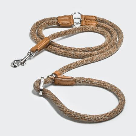 Layed training leash in light-coloured fabric with light brown leather elements and silver closure