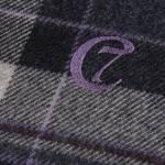 Detail einer karierten Hundedecke aus Wolle