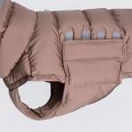 Detail Rosa Hunde Daunenmantel aus nachhaltigen Materialien mit Klettverschluss
