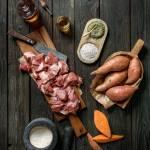 Lammfleisch, Süßkartoffeln, Hanföl, Knotentang und Eierschale liebevoll angerichtet