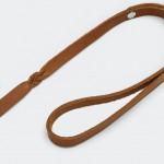 Schmale hellbraune Hundeleine mit Handschlaufe aus Leder Detail