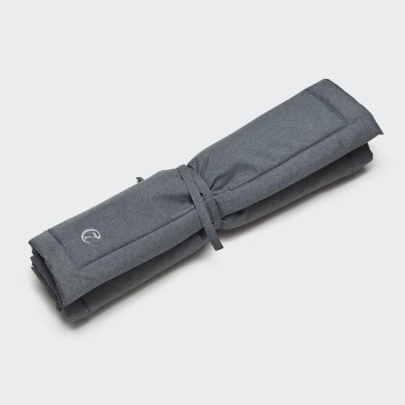 Zusammengerollte wasserabweisende Hundematte mit Schnürung in Dunkelgrau