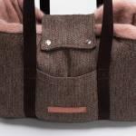 Lasche einer Hundetragetasche zur praktischen Sicherung kleiner Hunde