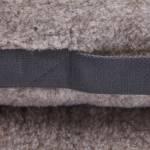 Detailfoto eines Hundekissens aus Teddy-Stoff mit seitlichem Griff