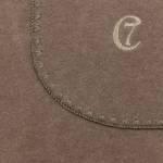 Zwei hellbraune Hundedecken in verschiedenen Größen