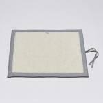 Ausgebreitete graue Hundematte mit hellem kuscheligen Innenfutter als Liegefläche