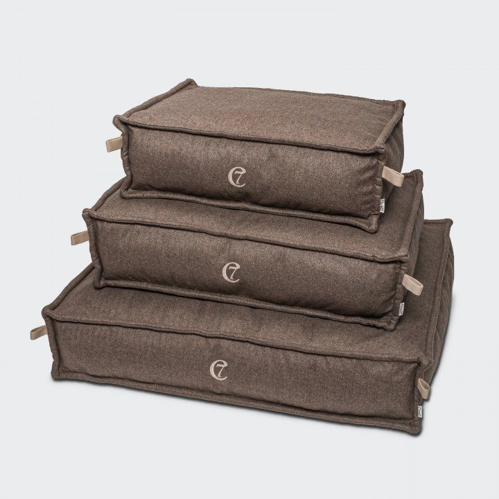 Drei hellbraune Hundebetten aus Fischgratstoff