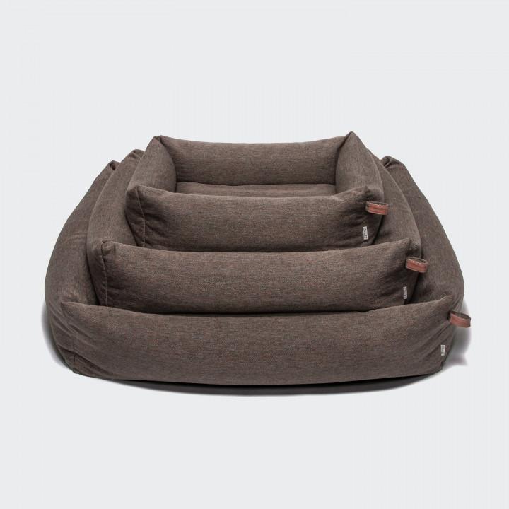 Drei Hundebetten mit Umrandung in braunem Fischgrat-Stoff mit Lederdetails übereinandergestapelt