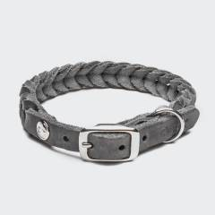 Geschlossenes geflochtenes Lederhalsband aus grauem Leder mit silberner Schnalle