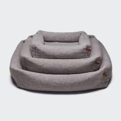 Drei Hundebetten mit Umrandung in naturfarbenem Teddy-Stoff mit Lederdetails übereinander gestapelt