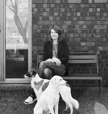 Geschäftsführung Cloud7 Petra Jungebluth auf Bank mit zwei Hunden